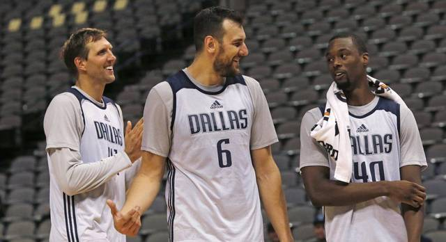 Bogut Informs Disinterested Dallas Teammates About How Good The Coffee Is In 'Melbs'